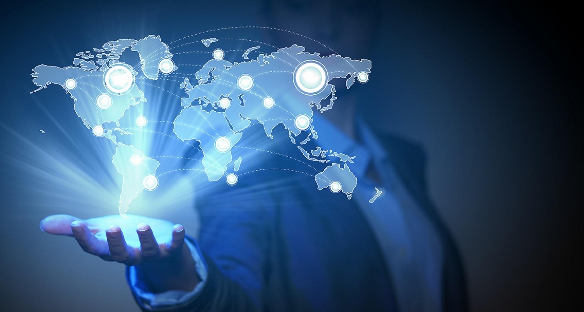 Immagine di persona con in mano un ologramma dei Paesi del Mondo, rappresentante il servizio delle indagini aziendali offerte dall'azienda Verità Legale.