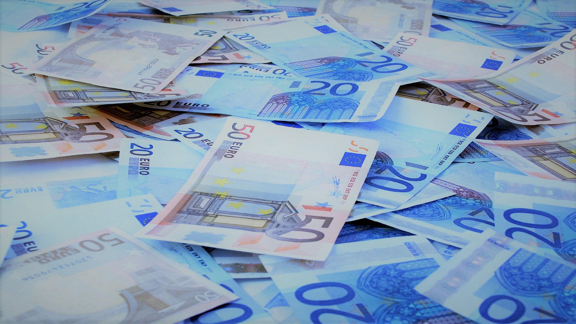 Immagine di banconote da venti e cinquanta euro, rappresentante il servizio delle indagini finanziarie offerte dall'azienda Verità Legale.
