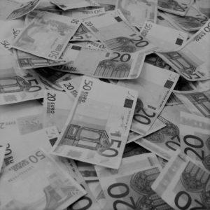 Immagine di banconote da venti e cinquanta euro in bianco e nero, rappresentante il servizio delle indagini finanziarie offerte dall'azienda Verità Legale.