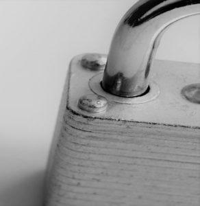 Immagine di un lucchetto in bianco e nero, rappresentante il servizio di sicurezza e tutela del patrimonio aziendale, offerto dall'azienda Verità Legale.